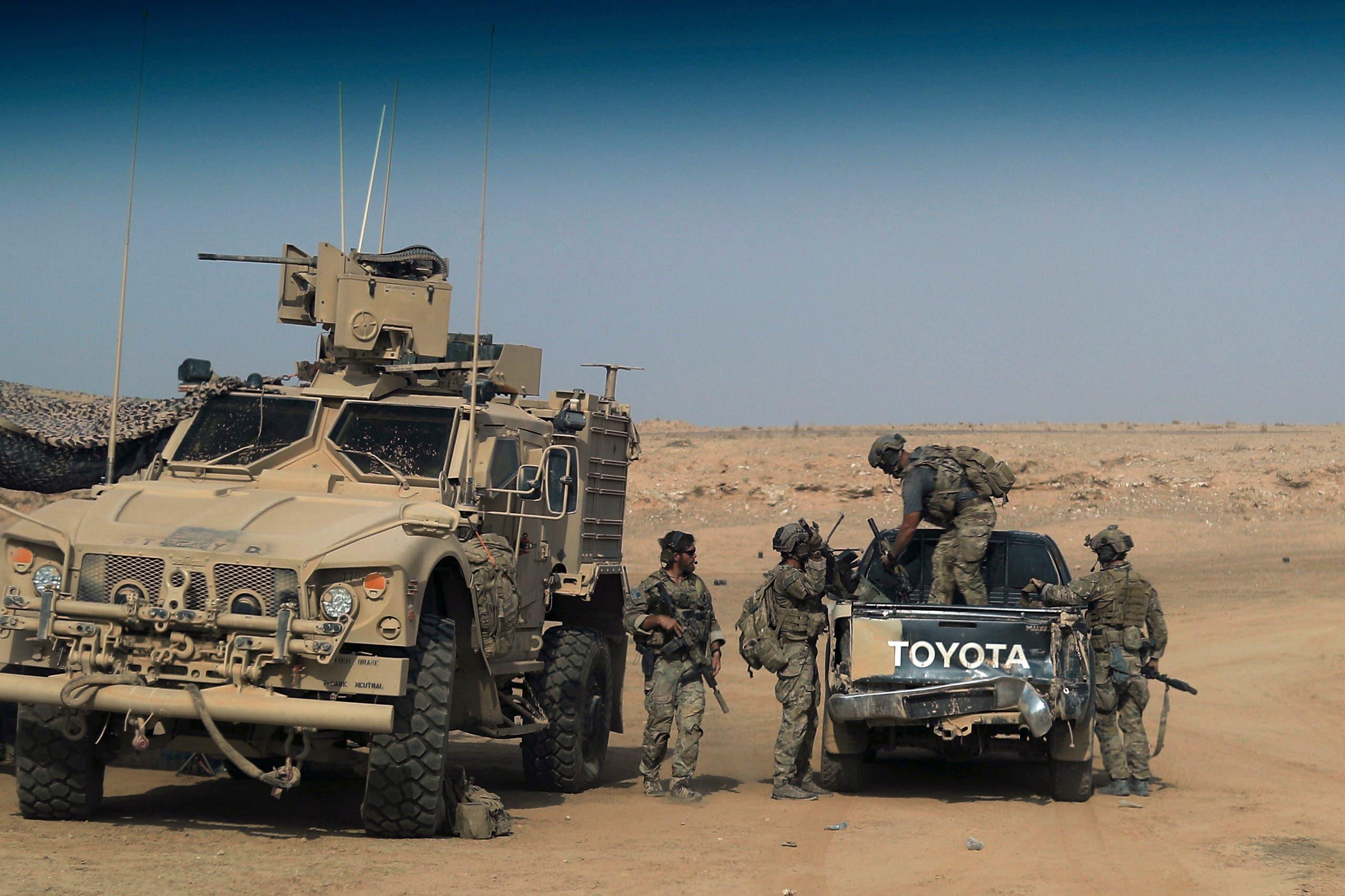 عناصر من قوات سوريا الديمقراطية المدعومة من قبل التحالف الدولي قرب منطقة السوسة في دير الزور(أرشيفية)