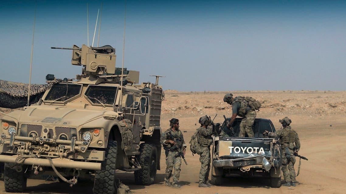 عناصر من قوات سوريا الديمقراطية المدعومة من قبل التحالف الدولي قرب منطقة السوسة في دير الزور