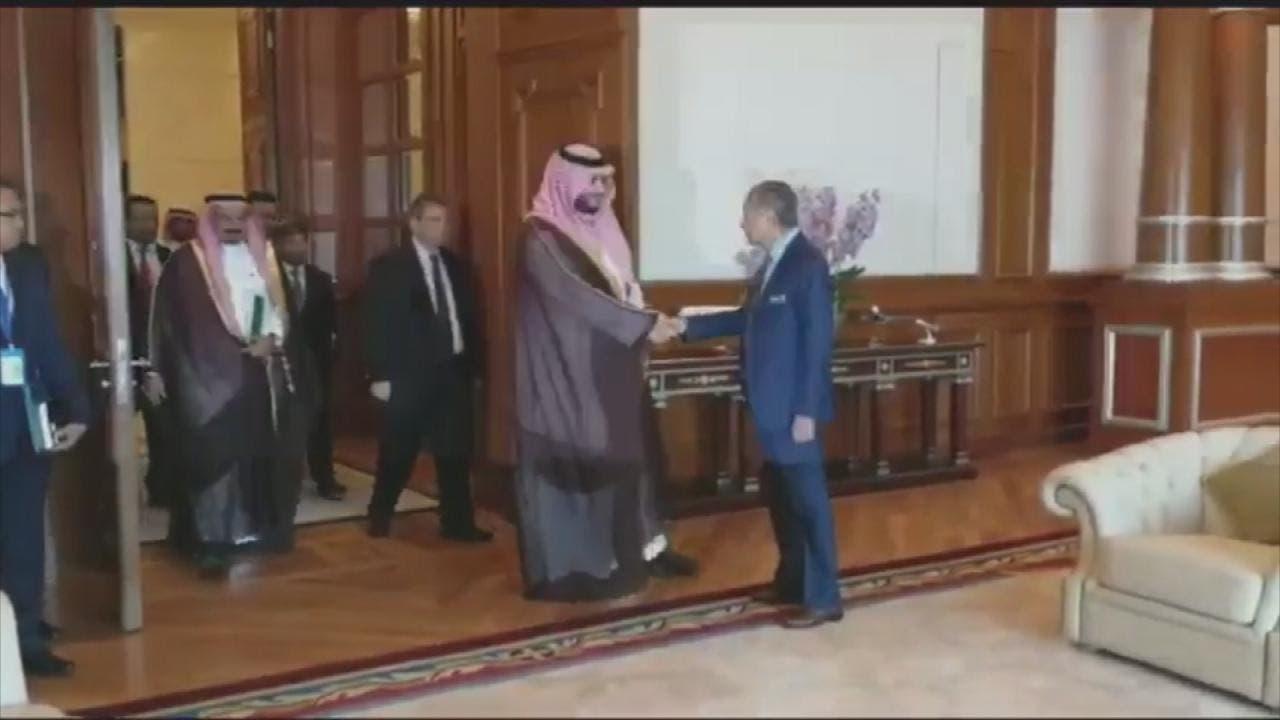 سعودی عرب کے شاہی  دیوان کے مشیر شہزادہ ترکی  ملائشیا  کے وزیراعظم ڈاکٹر مہاتیر محمد کو  شاہ سلمان کا خط پیش کررہے ہیں۔