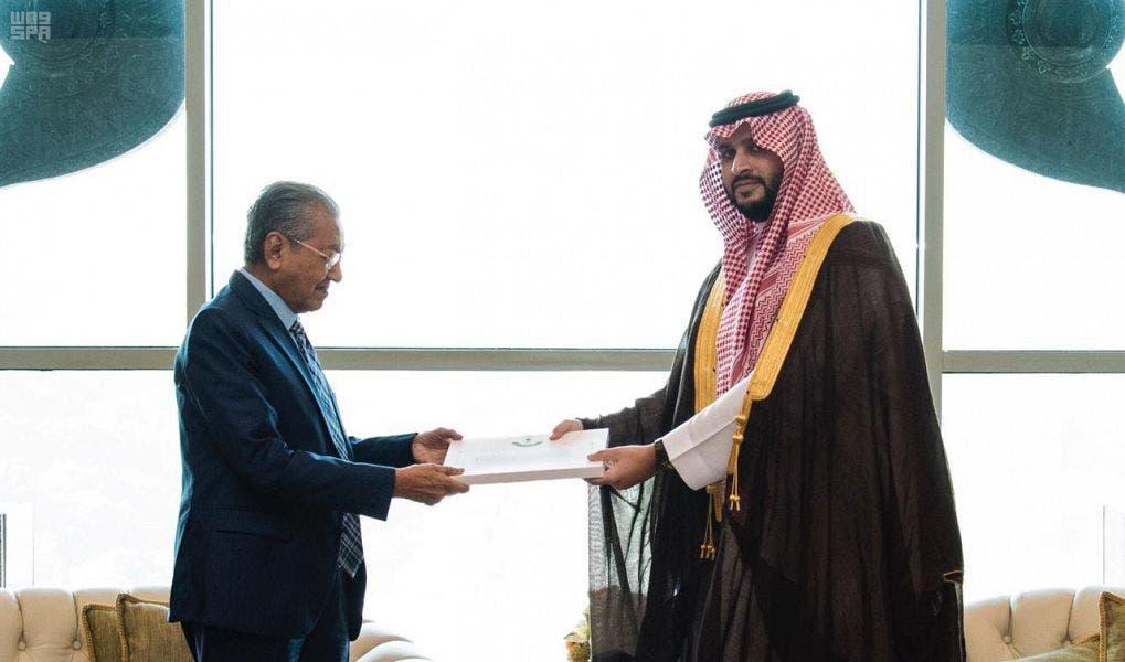 الأمير تركي بن محمد بن فهد بن عبد العزيز، المستشار بالديوان الملكي، مع رئيس الوزراء الماليزي، مهاتير محمد