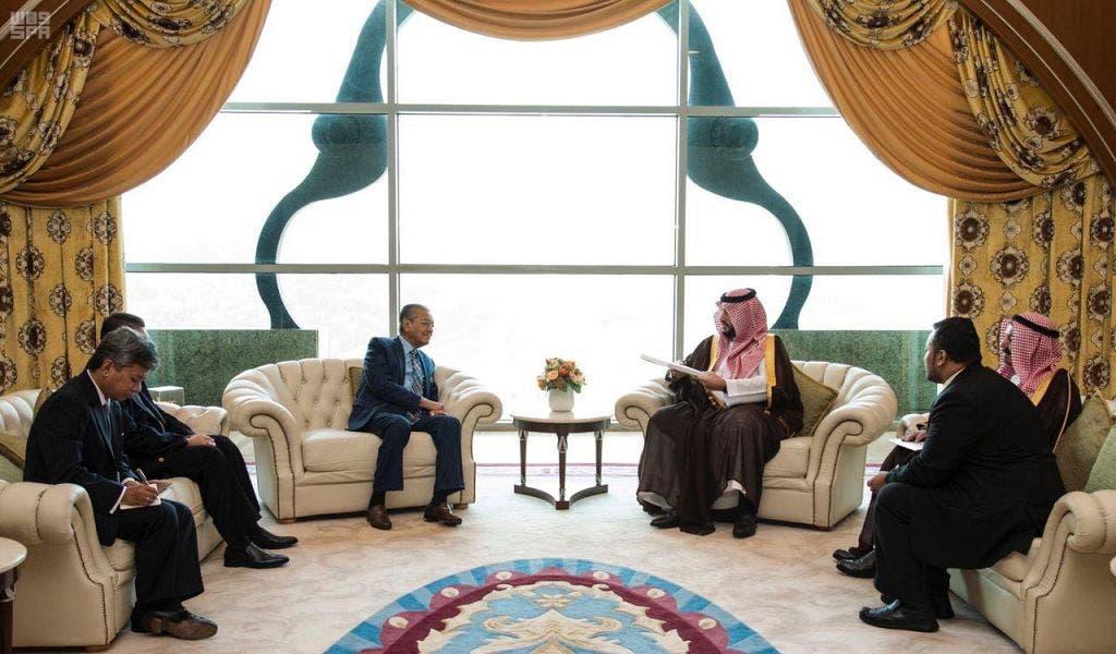 المستشار بالديوان الملكي خلال استقبال رئيس الوزراء الماليزي له الاثنين بمكتبه في بوتراجايا