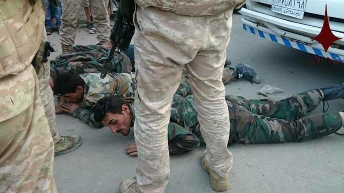جنود روس يعتقلون عدداً من مقاتلي النظام السوري في ريف دمشق