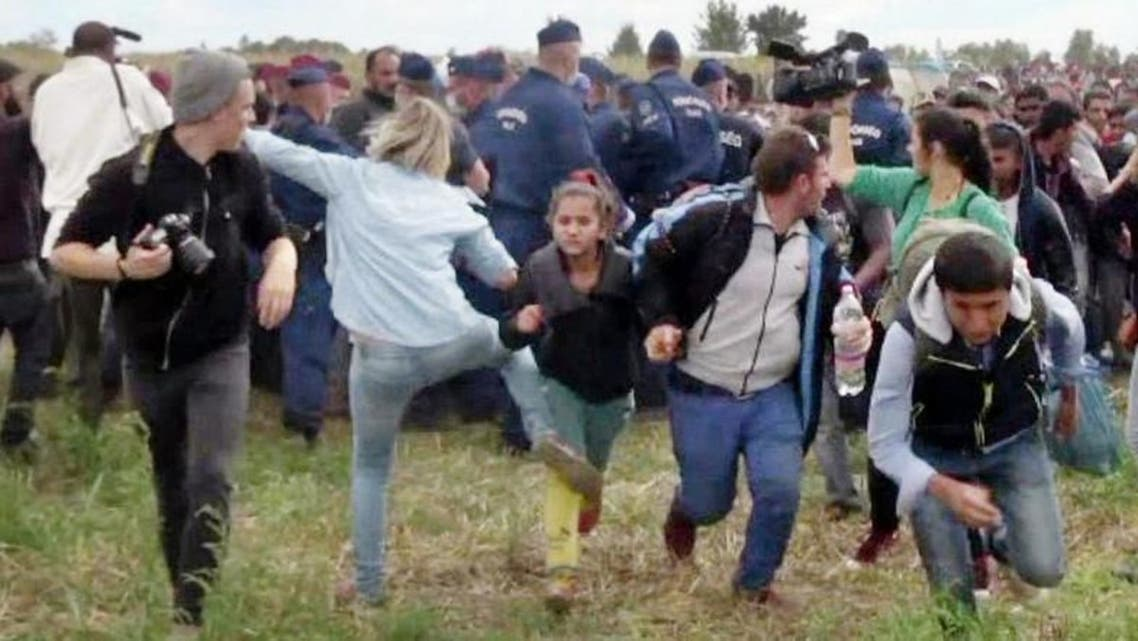 بعد 3 أعوام.. المحكمة المجرية تبرّئ مصورة ركلت مهاجرين