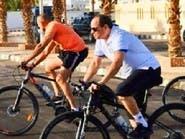 بالفيديو.. ماذا يفعل السيسي على دراجة في شرم الشيخ؟