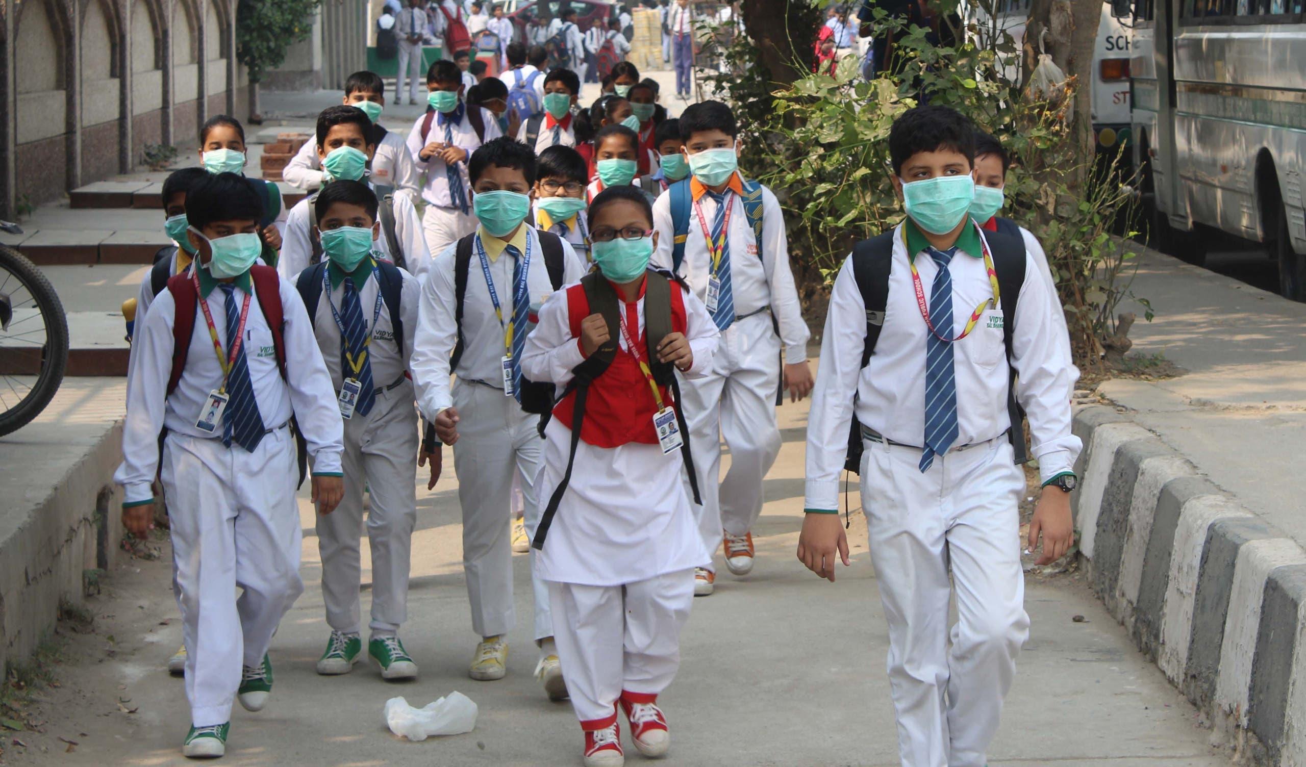 new delhi children wear masks to school because of air pollution (NewsBridge)