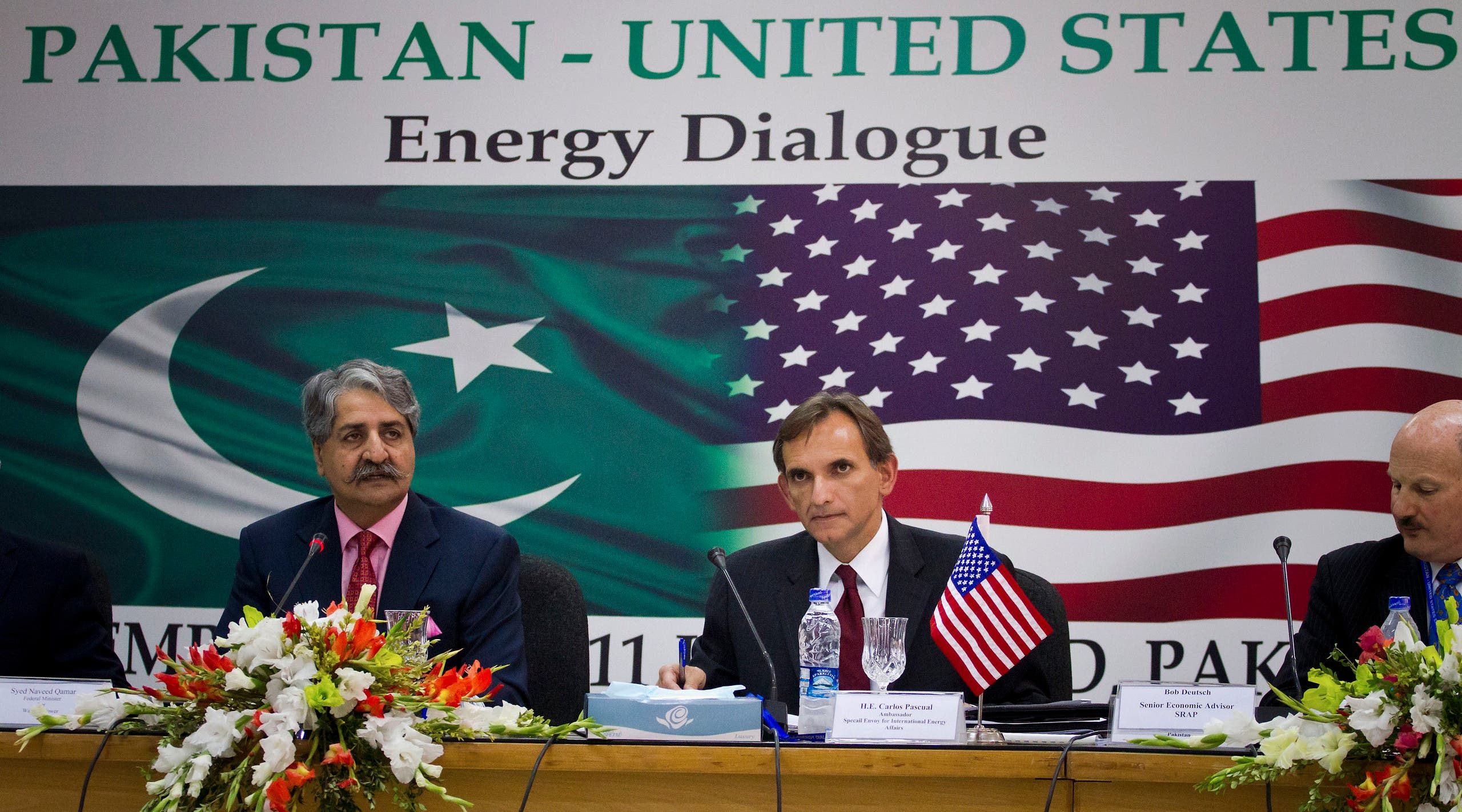 Pakistani Minister for Water and Power Naveed Qamar, left, speaks as US Special Envoy and Coordinator for International Energy Affairs, Carlos Pascual, right, looks on during the Pakistan-US Energy Dialogue in Islamabad, on Sept. 14, 2011. (File photo: AP)