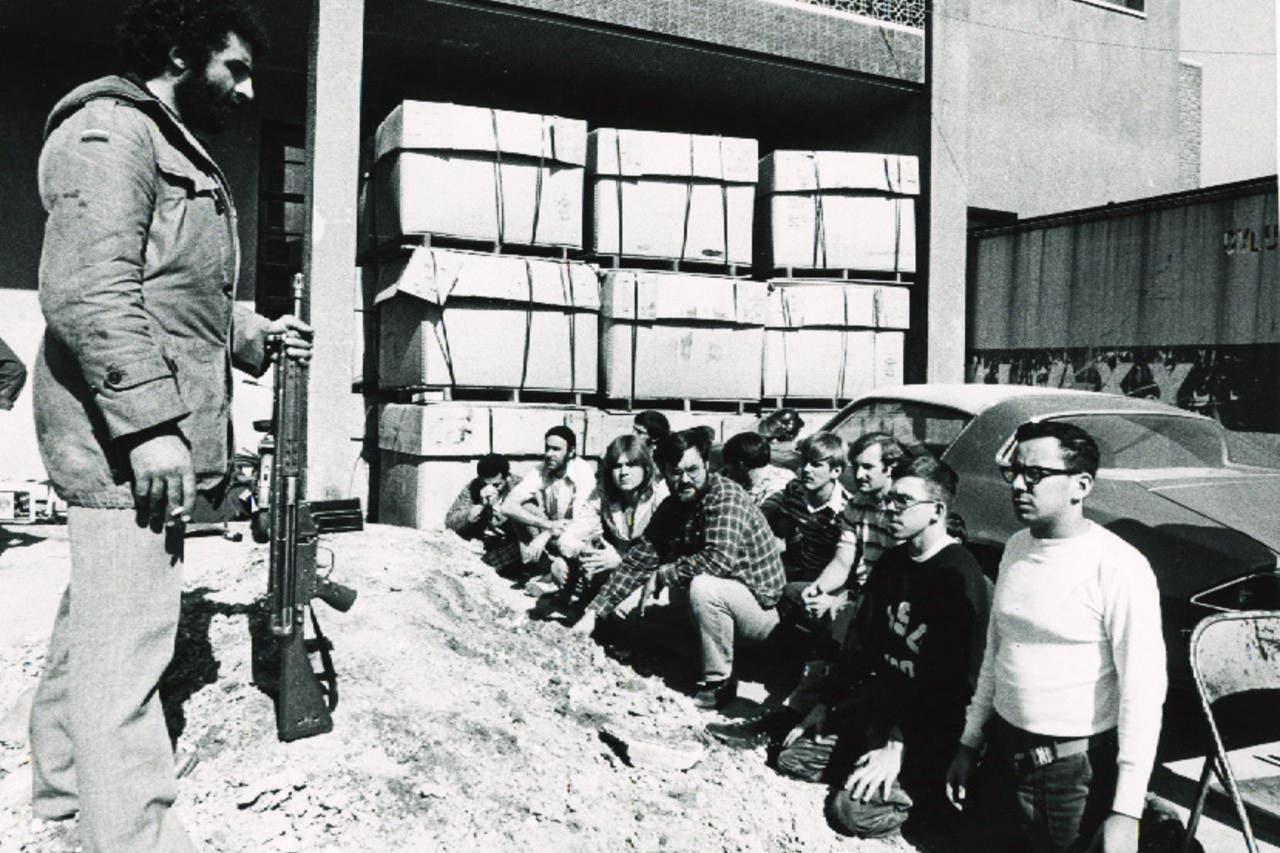 احتجاز أميركيين لمدة 444 يوما، إثر اقتحام مجموعة من الطلاب الثوريين في إيران السفارة الأميركية دعماً للثورة.