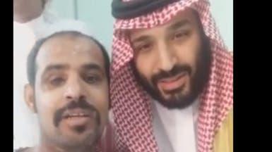 """فيديو.. محمد بن سلمان لجندي بالحد الجنوبي: """"أنت البطل"""""""