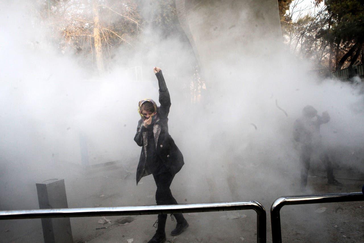 اشتباك طلاب إيرانيين مع شرطة مكافحة الشغب خلال احتجاجات حول جامعة طهران في 30 ديسمبر 2017.