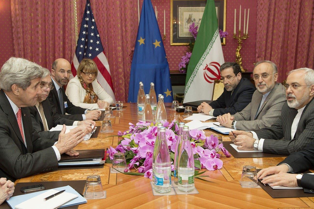 وزير الخارجية الأميركي جون كيري، إلى أقصى اليسار، يتحدث مع المسؤولين الإيرانيين قبيل جلسة التفاوض النووية في لوزان، سويسرا، في مارس 2015.