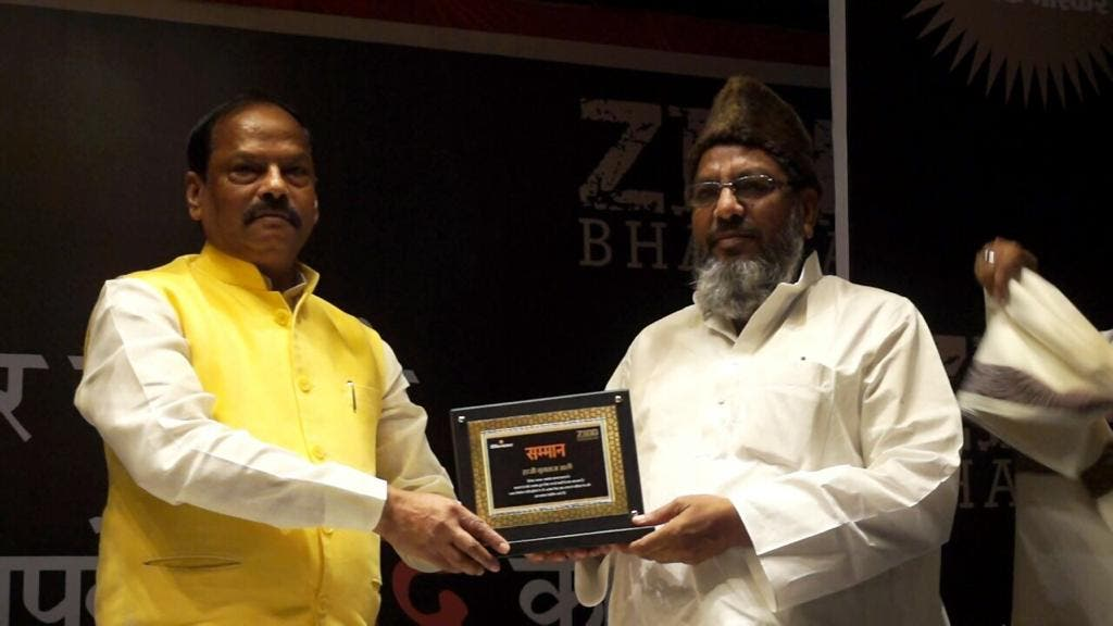 Haji Mumtaz Ali being honoured by Jharkahnd Chief Minister Raghubar Das. (Supplied)