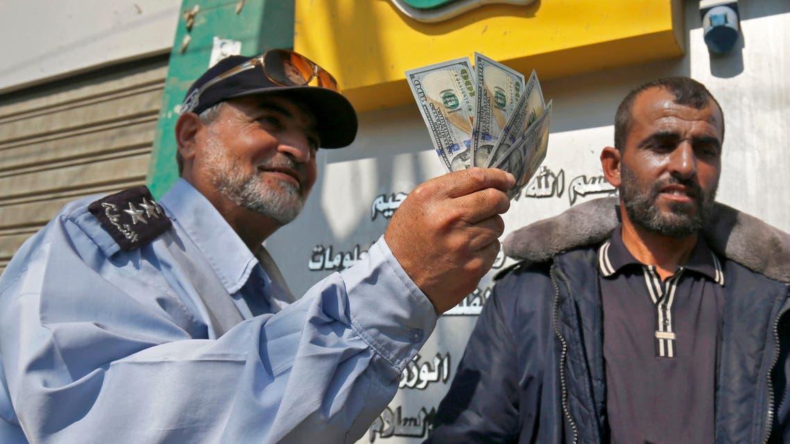 موظف في غزة يتسلم راتبه