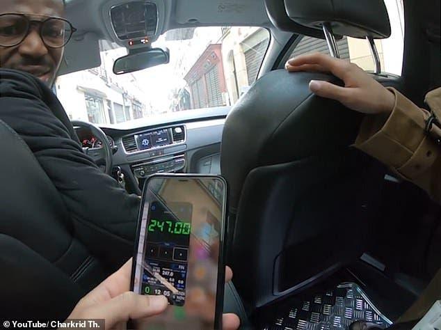 السائق يحاول خداع السائحين بهاتفه