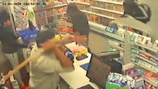 فيديو لصاحب متجر يهزم بعصاه 3 لصوص هاجموه بالسكاكين
