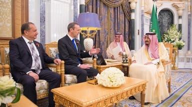 الملك سلمان يبحث مع مبعوث تيريزا ماي العلاقات الثنائية