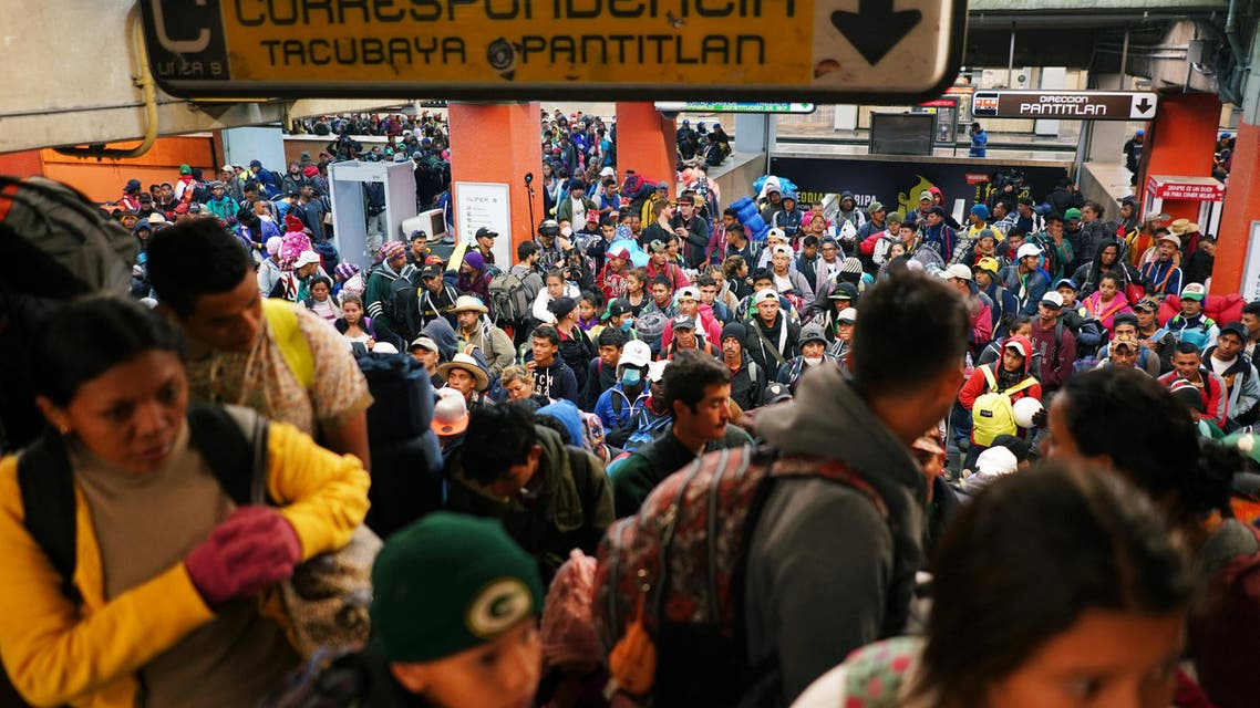 Migrants, part of a caravan of thousands traveling from Central America en route to the United States, use the subway as they make their way to Queretaro from Mexico City, Mexico November 10, 2018. REUTERS/Go Nakamura