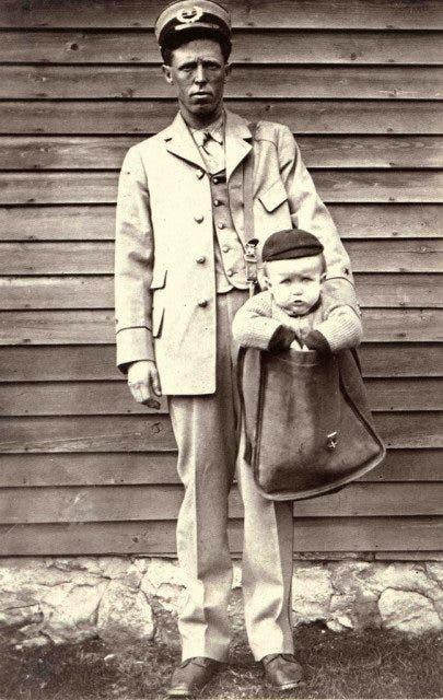 صورة لساعي بريد وهو يحمل طفلا في حقيبته