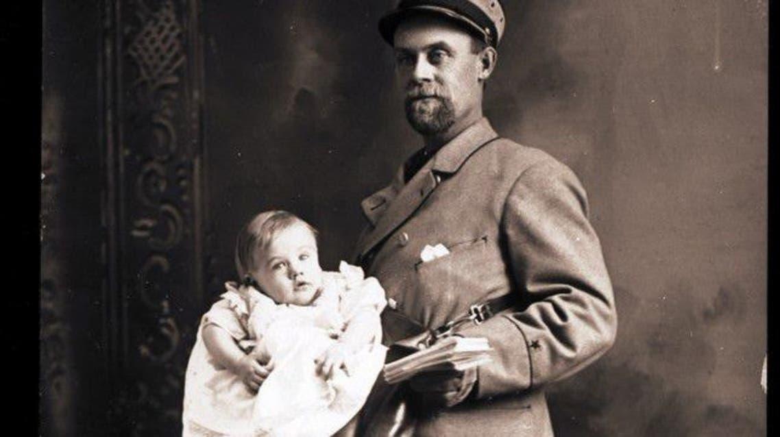 صورة لساعي بريد أمريكي أثناء نقله لطفل داخل حقيبته