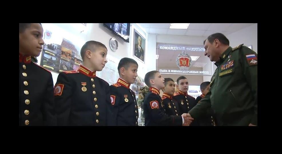 نائب وزير الدفاع الروسي مصافحاً التلاميذ العسكريين السوريين
