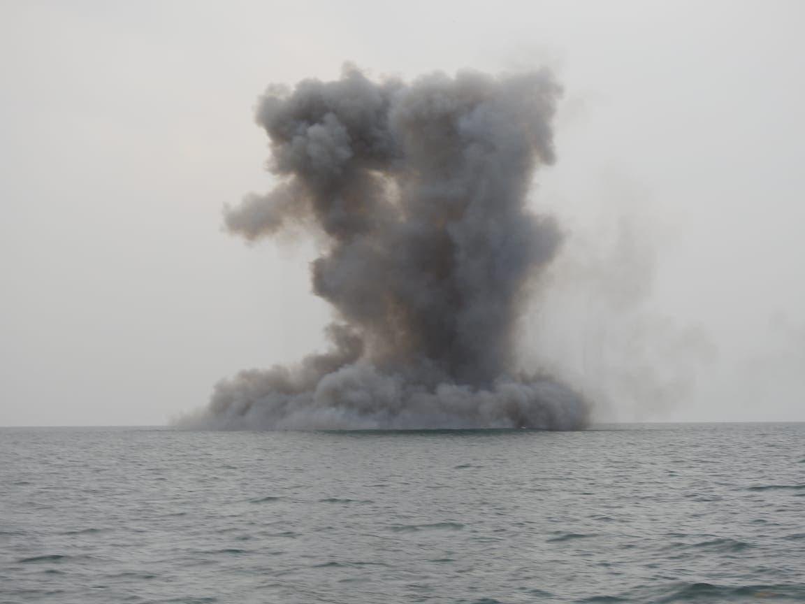 زورق حوثي في البحر الأحمر