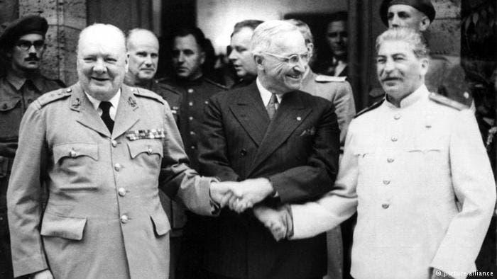 من اليمين إلى اليسار القائد السوفيتي ستالين والرئيس الأميركي ترومان ورئيس الوزراء البريطاني تشرشل خلال مؤتمر بوتسدام