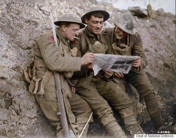 صورة ملونة اعتمادا على التقنيات الحديثة لعدد من الجنود البريطانيين خلال الحرب العالمية الأولى