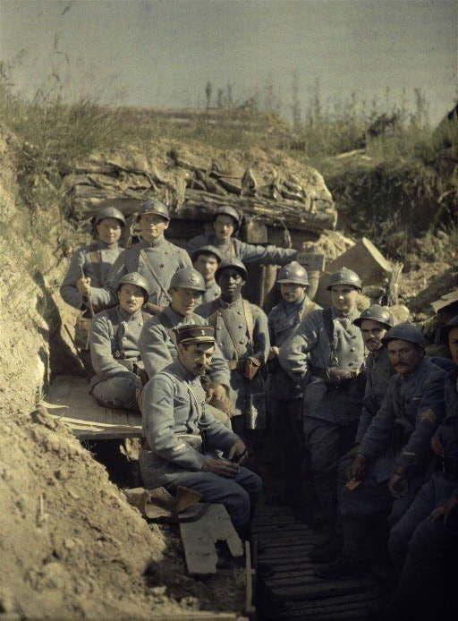 صورة ملونة اعتمادا على التقنيات الحديثة لعدد من الجنود الفرنسيين بالخنادق خلال الحرب العالمية الأولى
