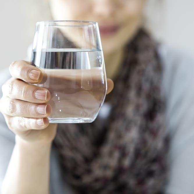 أيقينا شرب الماء الساخن من كورونا؟.. الأمم المتحدة تجيب