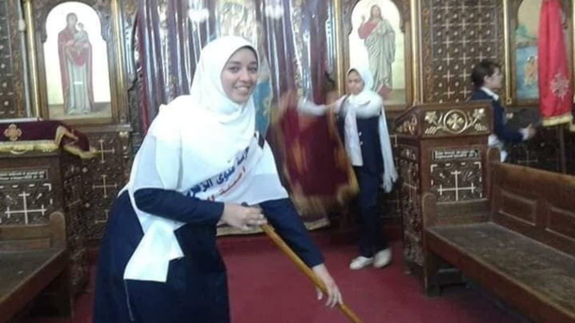 صور بألف كلمة.. مسلمات ينظفن كنيسة بمصر