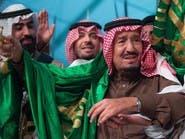 هكذا تفاعل السعوديون مع توشح الملك سلمان للعلَم وتقبيله