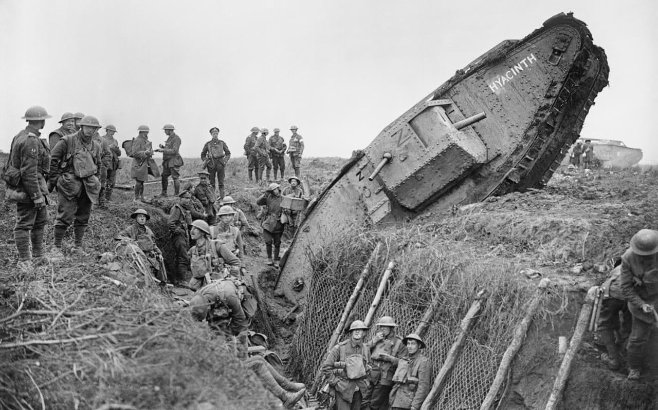 صورة لإحدى الدبابات البريطانية من نوع مارك 4 وهي عالقة بأحد الخنادق خلال الحرب العالمية الأولى