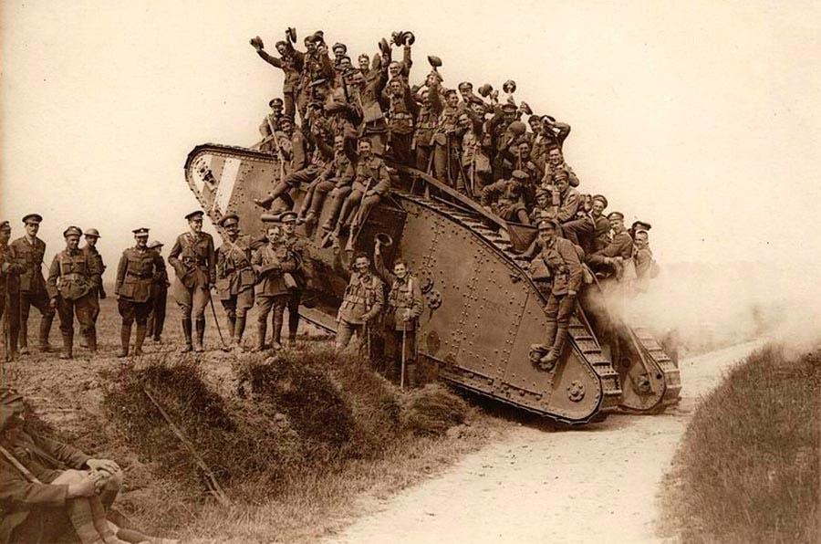 صورة لعدد من الجنود البريطانيين وهم على متن احدى الدبابات من نوع مارك 4 خلال الحرب العالمية الأولى