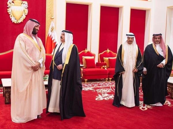 ملك البحرين يجتمع مع ولي العهد السعودي ويقلده وساما