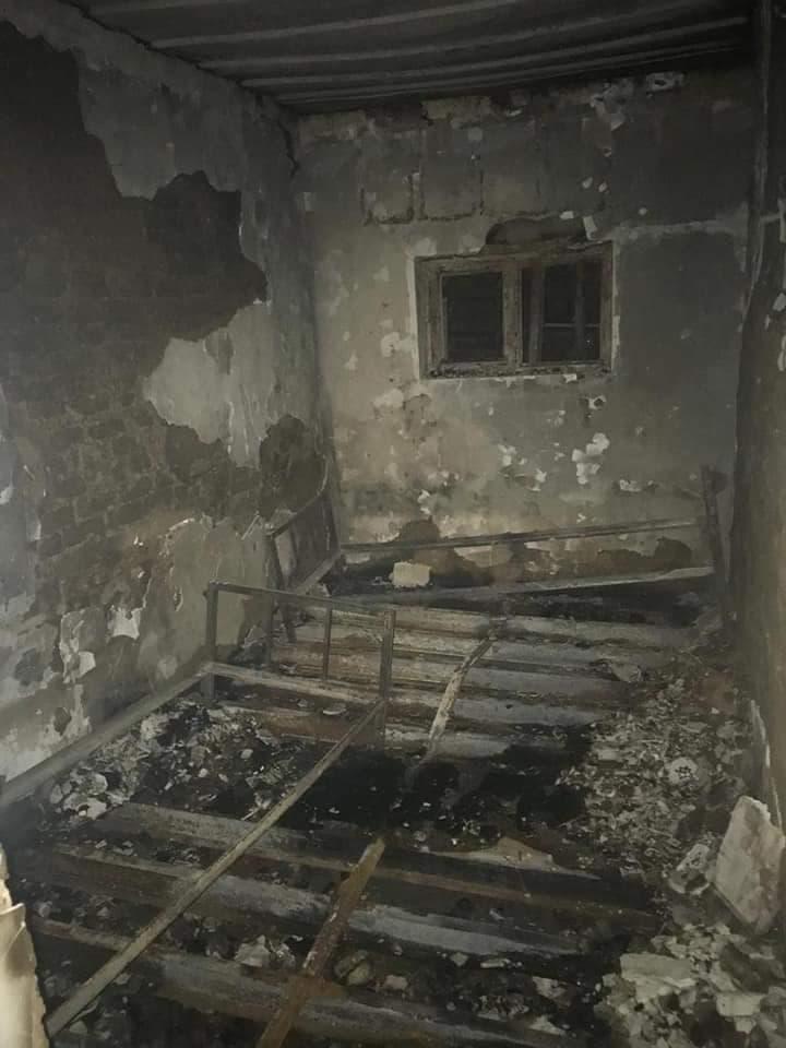یکی از پاسگاههای امنیتی که از سوی معترضان به آتش کشیده شد