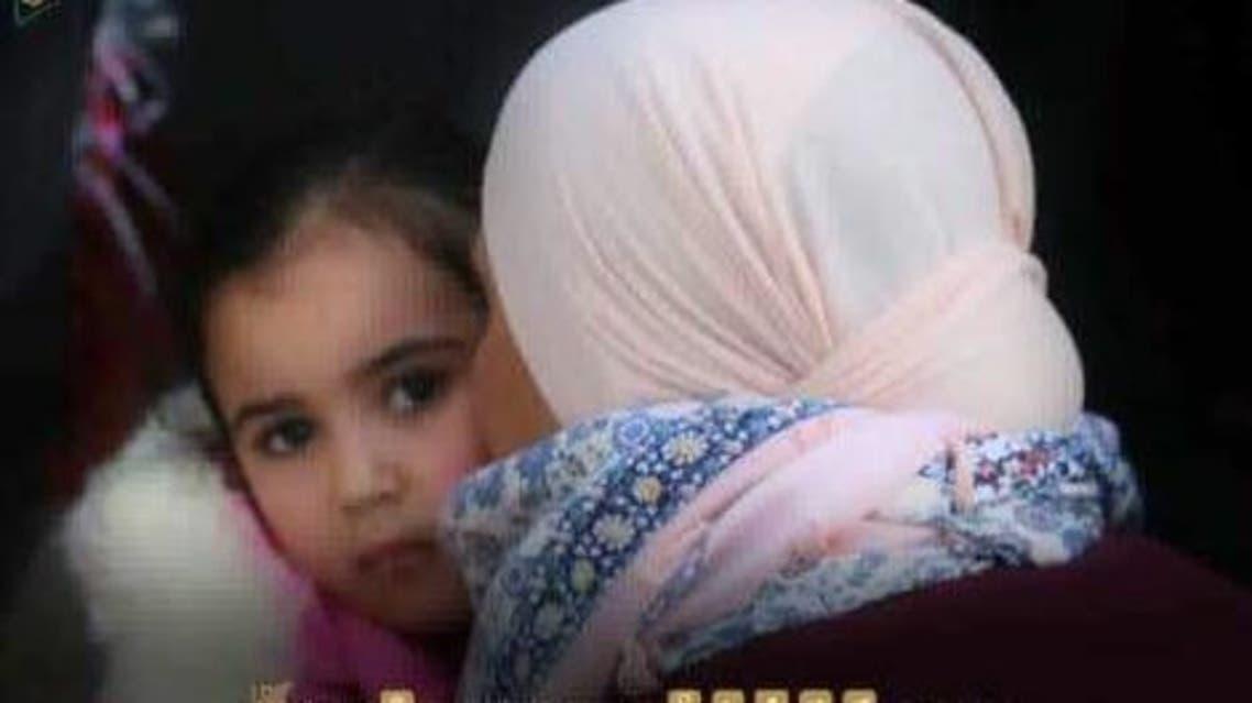 الطفلة مع أمها