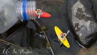 """مُصور يحارب """"وباء القمامة"""" بمعارض مبهرة على الشواطئ"""