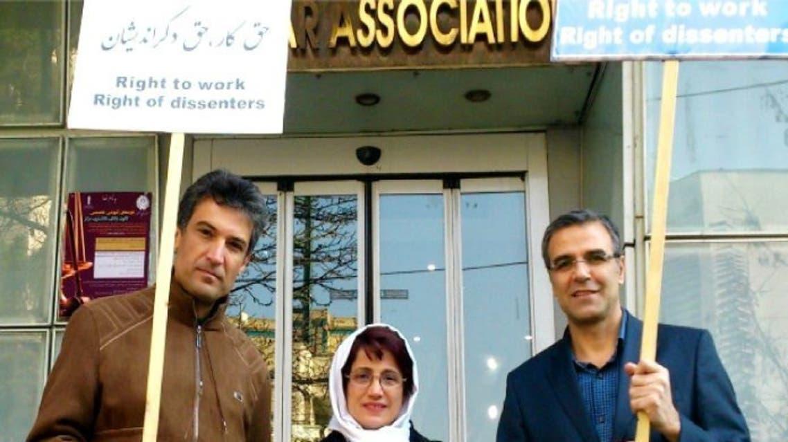 من اليسار- ميثمي و سوتوده و خندان في احتجاج  سابق على الاعتقالات السياسية