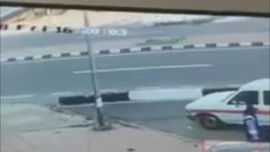 بالفيديو.. أسرع لإنقاذ ابنه فتعرضا للدهس