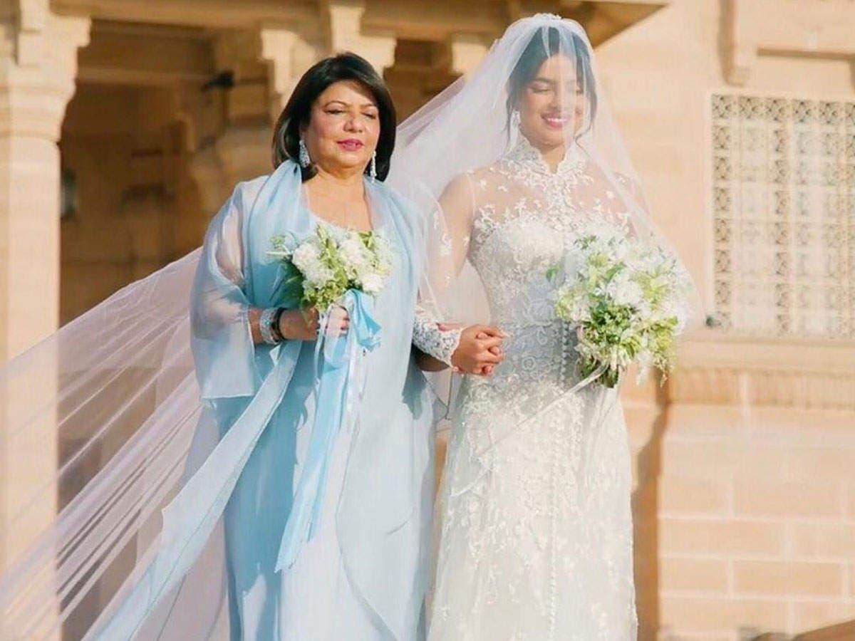 العروس برفقة والدتها