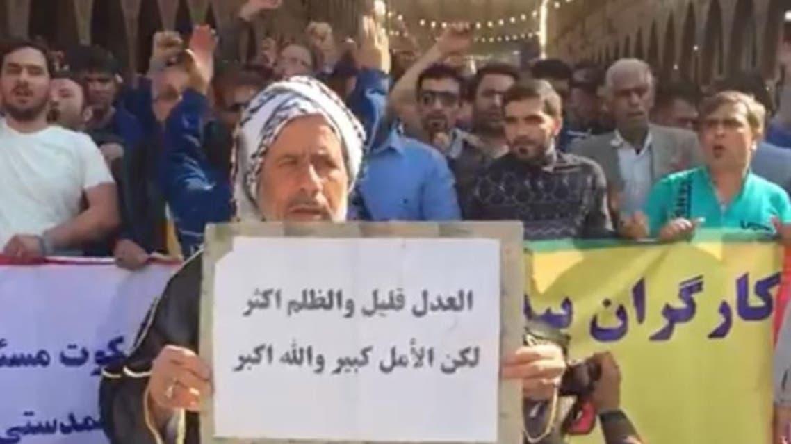 رجل عربي يتضامن مع العمال المحتجين