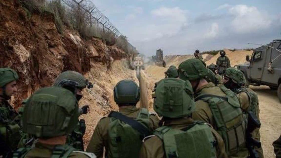 جنود إسرائيليين قبالة الحدود اللبنانية يدمرون ما قالت إسرائيل إنها أنفاق لحزب الله