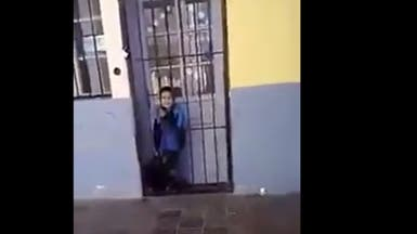 فيديو صادم في الجزائر.. معلمة تسجن طفلا مصابا بالتوحد