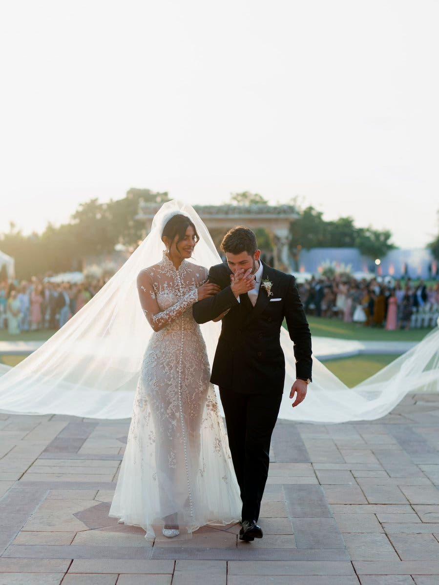 العروس والعريس بأزياء تحمل توقيع دار رالف لورين