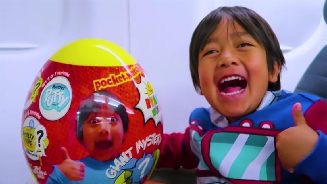 این کودک 8 ساله سالانه 22 میلیون دلار از یوتیوب درآمد دارد