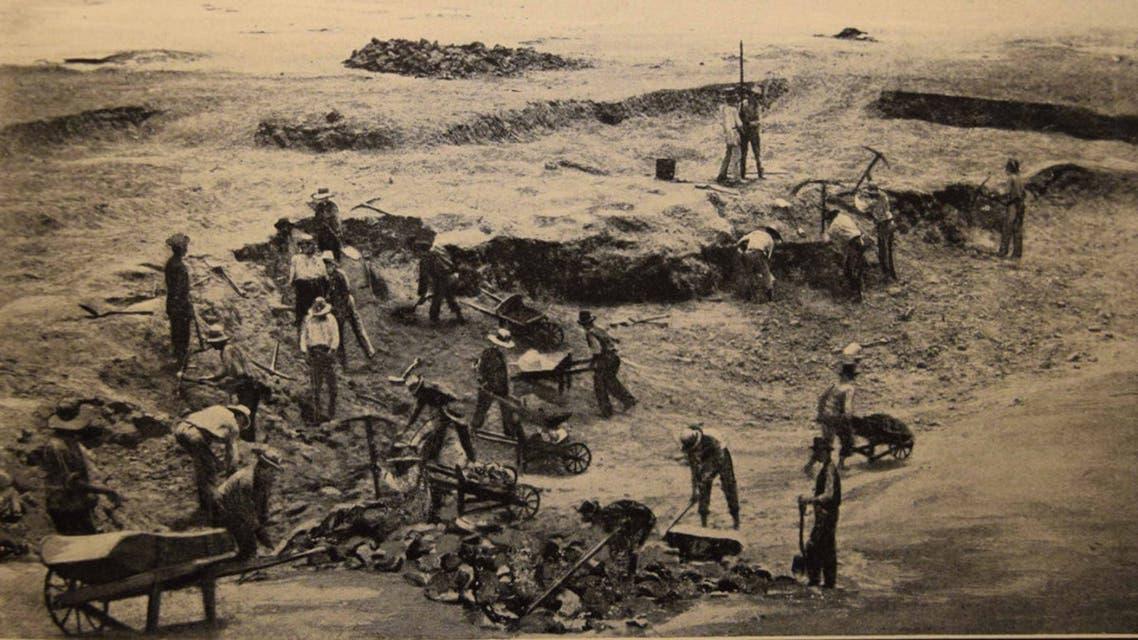 صورة لعدد من العمال خلال قيامهم بجمع سماد الغوانو بجزيرة تشينتشا
