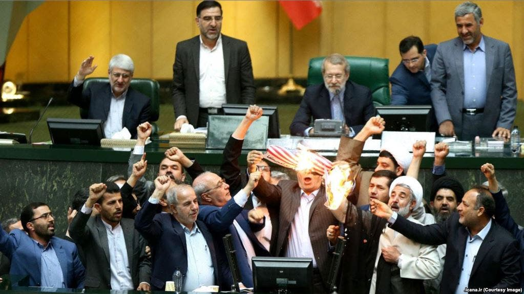 حرق علم أميركا بالبرلمان الإيراني