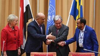 الأمين العام للأمم المتحدة يتوسط وزير الخارجية اليمني خالد اليماني ورئيس وفد الحوثيين محمد عبد السلام في ستوكهولم