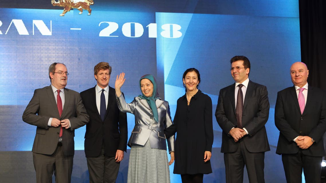 مريم رجوي مع شخصيات سياسية حضرت المؤتمر