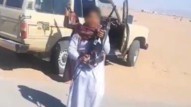 """فيديو لسعودي وطفليه يلهوان برشاش.. و""""العمل"""" توقف الأب"""