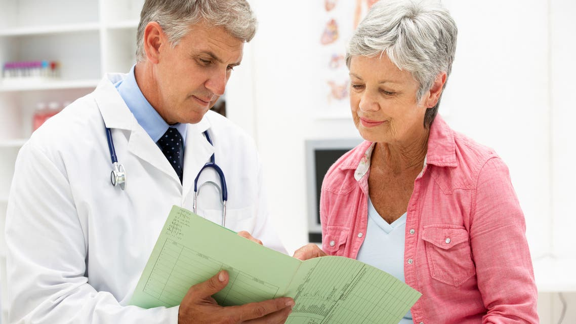 Doctor with senior female patient - Stock image